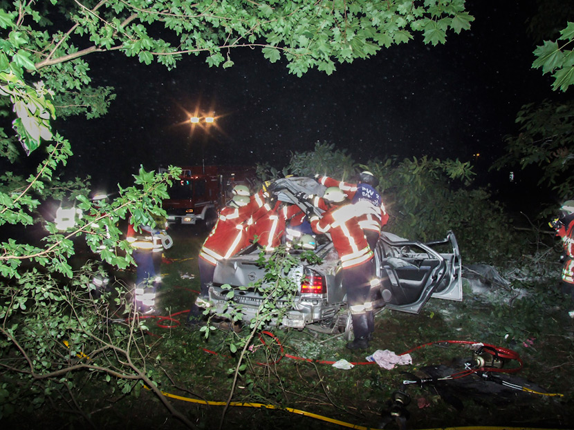 Schwerer Verkehrsunfall in Breisach - Auto hebt im Kreisverkehr ab