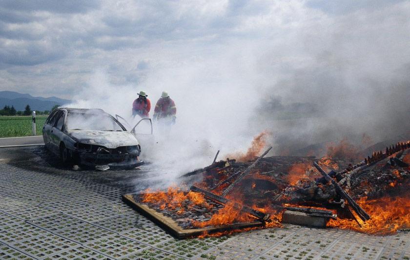 Pkw- und Hüttenbrand